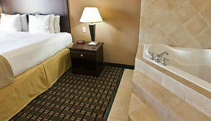 Dallas TX Hot Tub Suite - Holiday Inn Express Central Market
