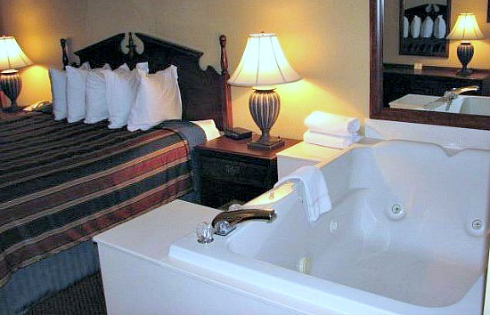 Romantic Whirlpool Suite - Best Western Pigeon Forge TN