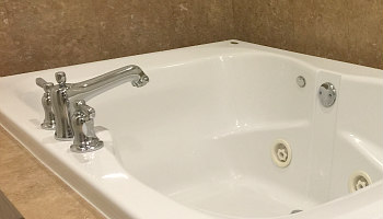 Annapolis MD Jetted Tub Suite