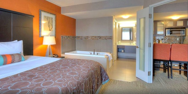 Hamilton Ontario Jacuzzi Suite