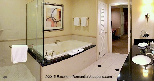Las Vegas Jacuzzi Suite - Signature at MGM Grand