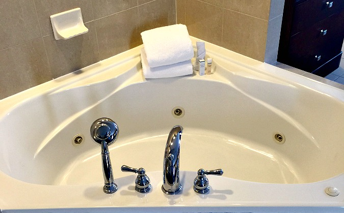 uk-midlands-hotel-jacuzzi-tub