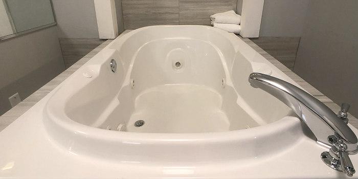 Romantic Ohio Hotel Hot Tub Suite