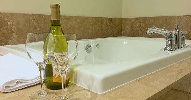 Romantic Georgia Jacuzzi Suite with Champagne