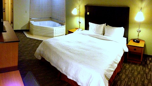 Whirlpool Suite - Hampton Inn & Suites, Seattle North/Lynnwood, WA