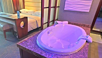 Manhattan Beach CA Spa Tub Suite