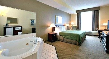 Newport News VA Spa Tub Suite