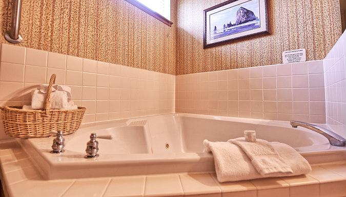 Oregon Romantic Hot Tub Suite