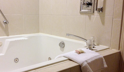 SeaTac Spa Tub Suite